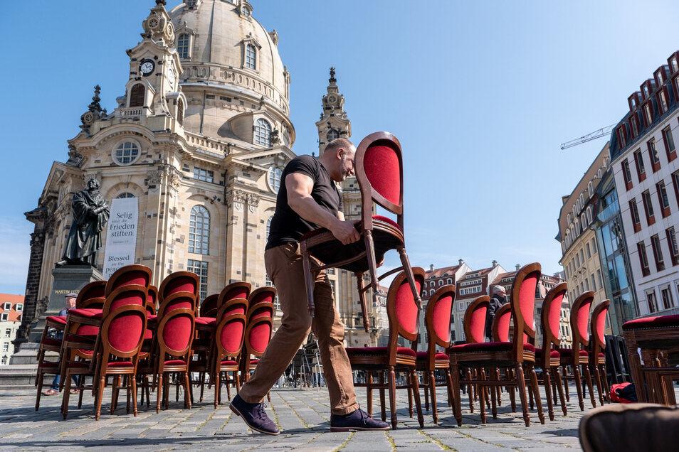Hunderte leere Stühle und eine festlich gedeckte Tafel - so machen Sachsens Gastronomen auf ihre Lage aufmerksam.