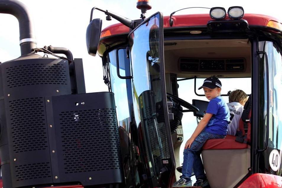 Louis und Vivien auf einem moderneren Traktor.