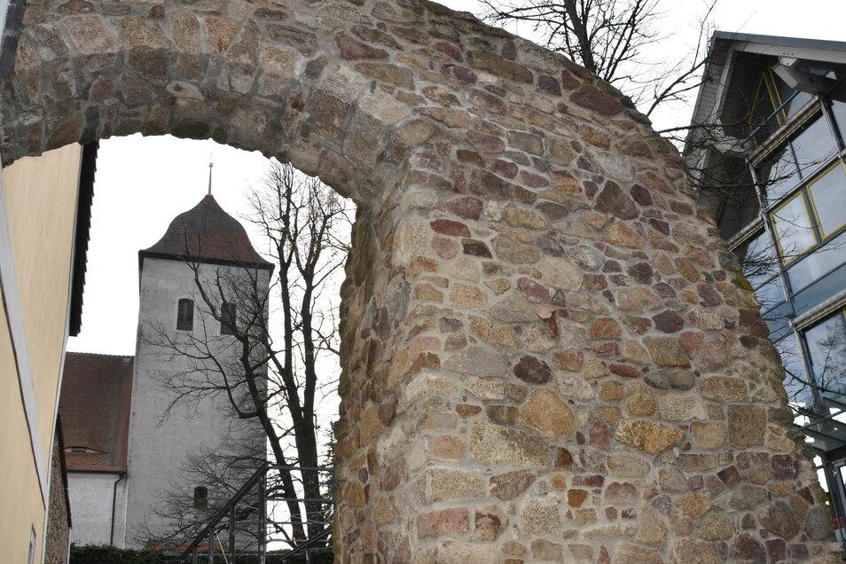 Ein Teil des Kirchplatzes ist von einer Granitmauer umrahmt. Ein Stück der jahrhundertealten Einfriedung gehörte vermutlich zur Wehrmauer.