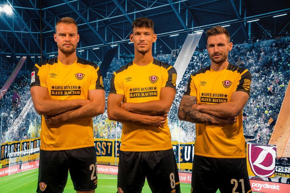 """Dynamo-Kapitän Sebastian Mai, Michael Sollbauer und Heinz Mörschel (v. l.) präsentieren das Sondertrikot mit dem Slogan """"Love Dynamo - hate Racism""""."""