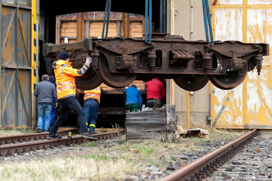 Am Bahnhof in Neustadt wurden auf Initiative des Vereins Sächsische Eisenbahngeschichte historische Eisenbahnwagen per Kran von Tiefladern aufs Gleis gehoben.