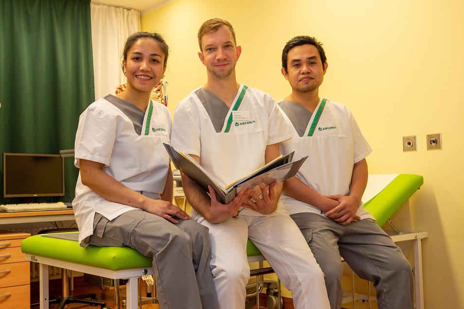 Leah Jean Palecpec, Kai Gottfried, stellvertretender. Pflegedienstleiter und Augmer Ray Retes in der Sebnitzer Klinik.