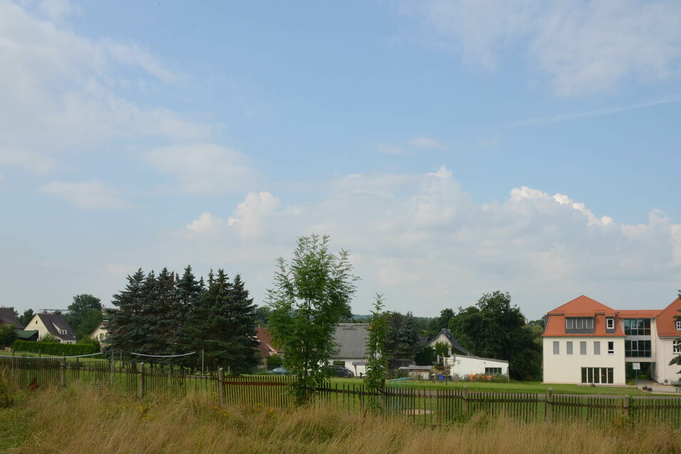 Hinter die Grundschule (rechts im Bild) soll der neue Sportplatz auf die Wiese, die bereits jetzt als Sportplatz genutzt wird. Unweit davon befinden sich private Wohnhäuser. Einige Anwohner fürchten künftige Lärmbelästigungen.