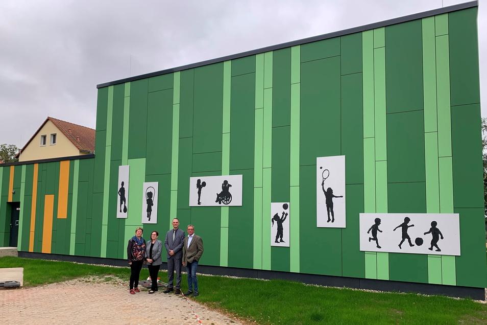 Besuch in Käbschütztal: Hortleiterin Angela Görne, Schulleiterin Manuela Helleken, Landrat Ralf Hänsel und Bürgermeister Uwe Klingor (v. l.) vor der energetisch sanierten Schulsporthalle.