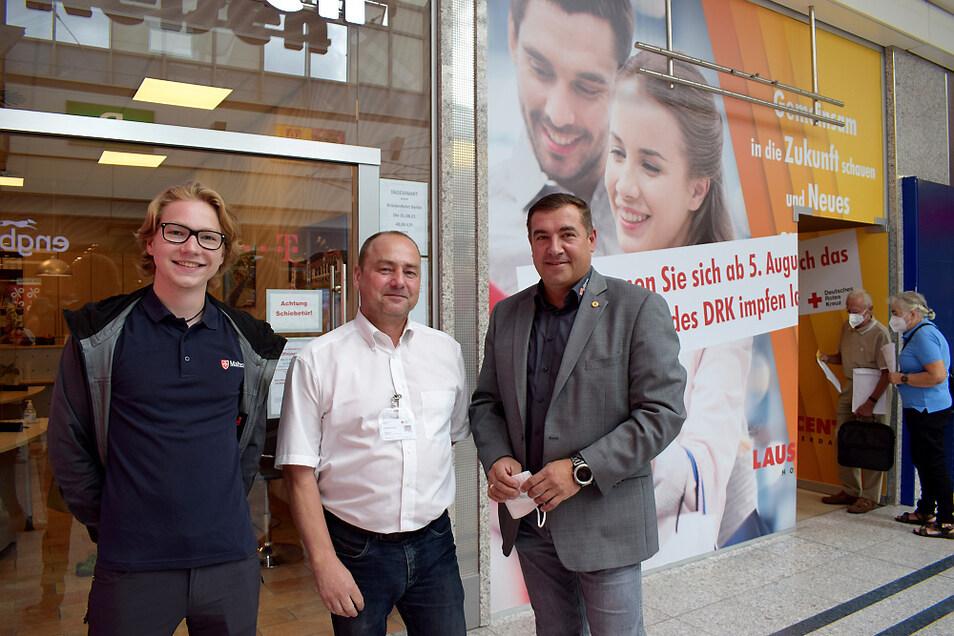 Benedikt Schmid, Holger Beier und Peter Mark (v.l.) haben als Verantwortliche die Impfaktion vor Ort im Lausitz-Center Hoyerswerda begleitet. Das ehemalige Reisebüro im Hintergrund (rechts) steht gerade leer und wird fürs Impfen genutzt.
