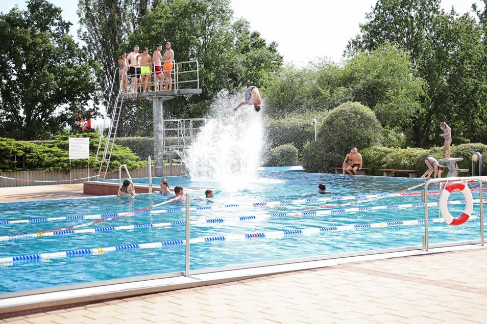 Nach verhaltenem Saisonauftakt war das Riesaer Freibad im August gut besucht.