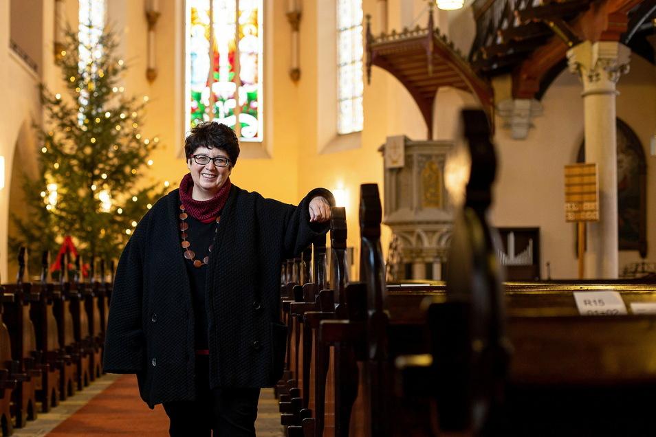 Bärbel Flade ist Freitals neue Pfarrerin. Hier steht sie in der Deubener Christuskirche, in der am Sonntag die Amtseinführung ist.