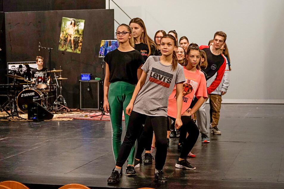Auch das Ausscheren aus der angetretenen Gruppe will einstudiert sein. Insgesamt sind mehr als 20 junge Leute zwischen 10 und 18 Jahren an der Inszenierung des Sorbischen Jugendtheaters beteiligt.