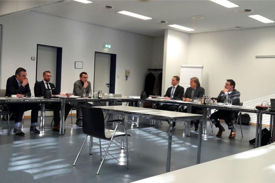 Ralf Minge (l.-r., Geschäftsführer), Christian Quirling (Anwalt) und Michael Born (Geschäftsführer ) sitzen am 18. Januar in Frankfurt/Main Philipp Reschke (Beisitzer DFB), Achim Späth (Vorsitzender Richter des DFB-Bundesgerichts) und Arno Heger (Beisitze