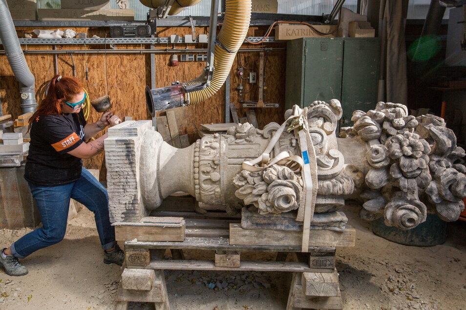 Steinbildhauerin Maria Kaiser bearbeitete in der Zwingerbauhütte eine über zwei Meter hohe Vase vom Mittelgiebel des Französischen Pavillons.