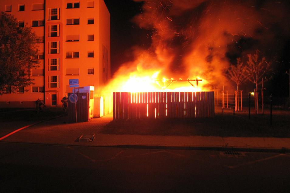 Am 23. September brannte an der Lößnitzstraße ein Mülltonnenabstellplatz - einer von 15 Bränden der letzten Zeit in Coswig.