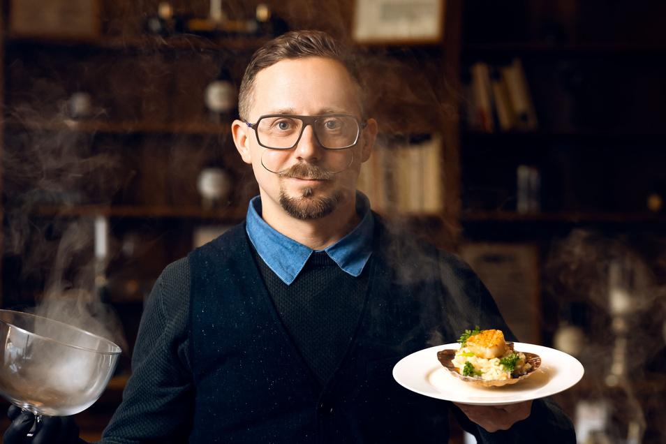 Zum zweiten Gang serviert Sebastian Mros, Koch des Wolfgang's, eine Jakobsmuschel auf Risottoreis. Die Haube mit dem Aroma-Rauch öffnet er erst am Platz.