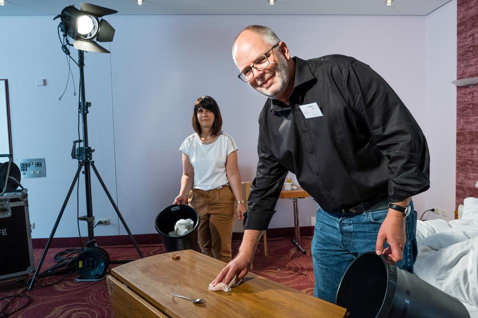 Kerstin Gosewisch und Henrik Greisner vom Filmbüro Görlitz am Übungs-Filmset im Görlitzer Parkhotel.