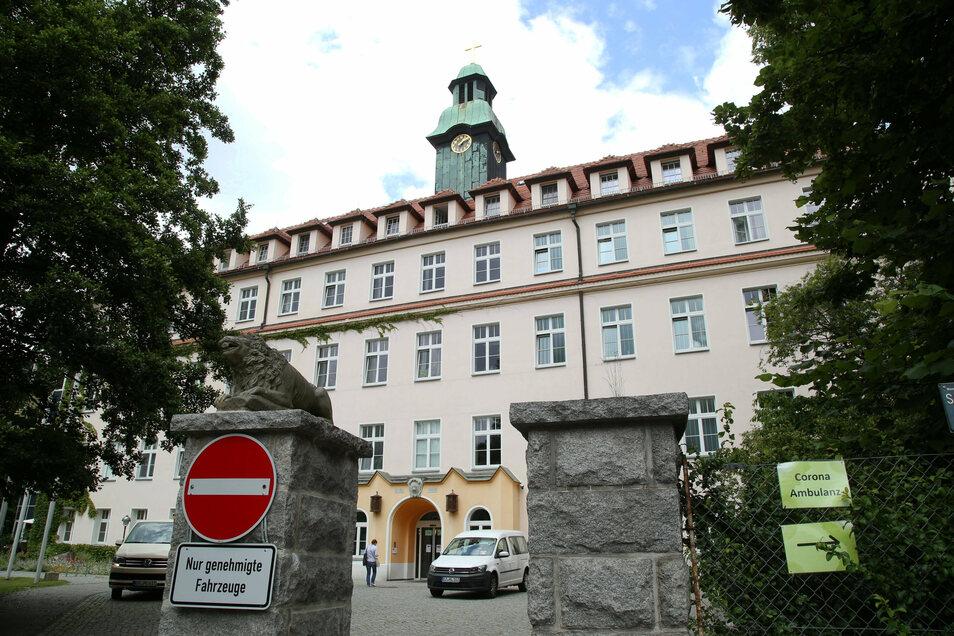 KVS und Landkreis Görlitz hatten im Frühjahr eine Corona-Ambulanz auf dem Gelände des Görlitzer Carolus-Krankenhauses eingerichtet - und sie Ende Juni wieder geschlossen, mit der Option, sie bei steigenden Zahlen wieder zu öffnen. Doch dafür gebe es kein