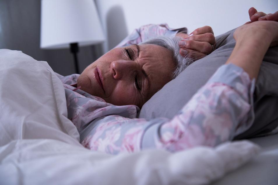 Auch chronische Schmerzen oder Erkrankungen können Ursache für eine geringe Schlafqualität im Alter sein.