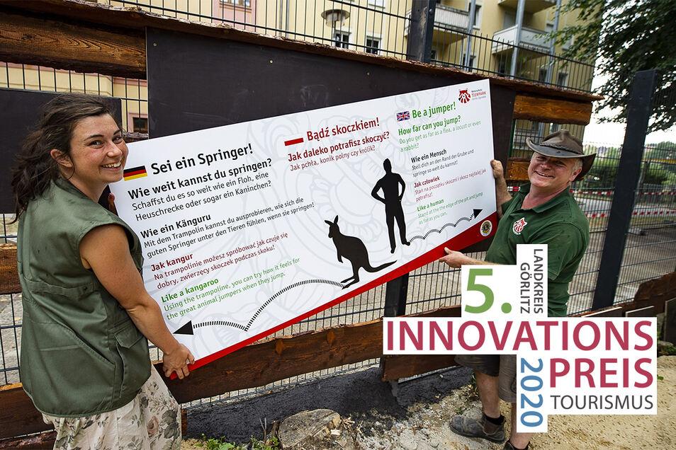 Hier ging es damals los: Zoo-Sprecherin Isa Plath und Chef Sven Hammer montieren ein Hinweisschild an der neuen Känguruanlage.