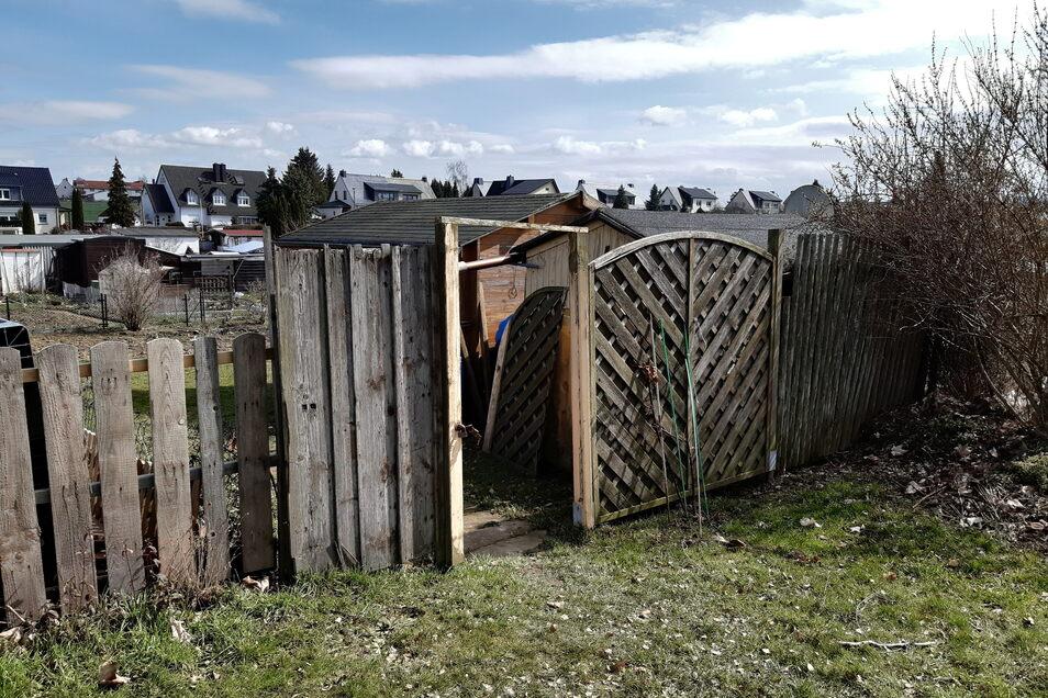 In einer Gartenanlage in Döbeln Ost hat der Anbau einer Laube gebrannt. Durch diese Tür hat sich die Feuerwehr Zutritt zum Brandort verschafft.