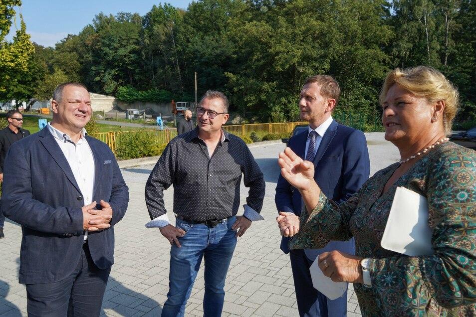 Bei seinem Besuch in Großdubrau kam Ministerpräsident Michael Kretschmer (2.v.r.) auch mit dem CDU-Bundestagskandidaten Roland Ermer (l.), Firmenchef Uwe Friedrich und der ehemaligen Bundestagsabgeordneten Maria Michalk ins Gespräch.