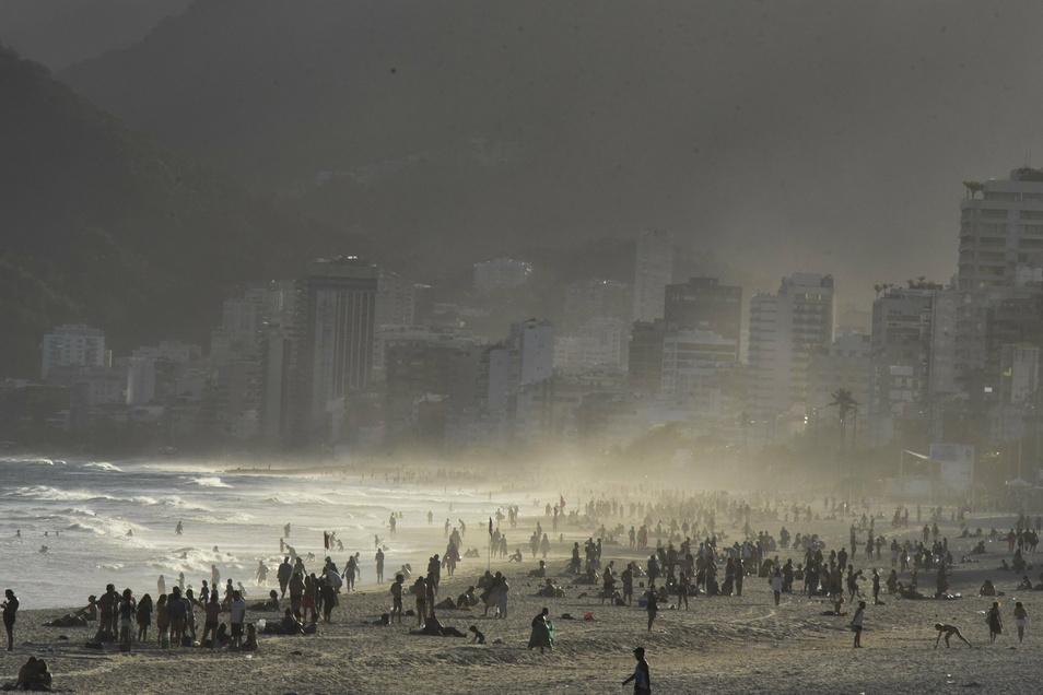 Zahlreiche Menschen halten sich in Rio De Janeiro am Strand auf.