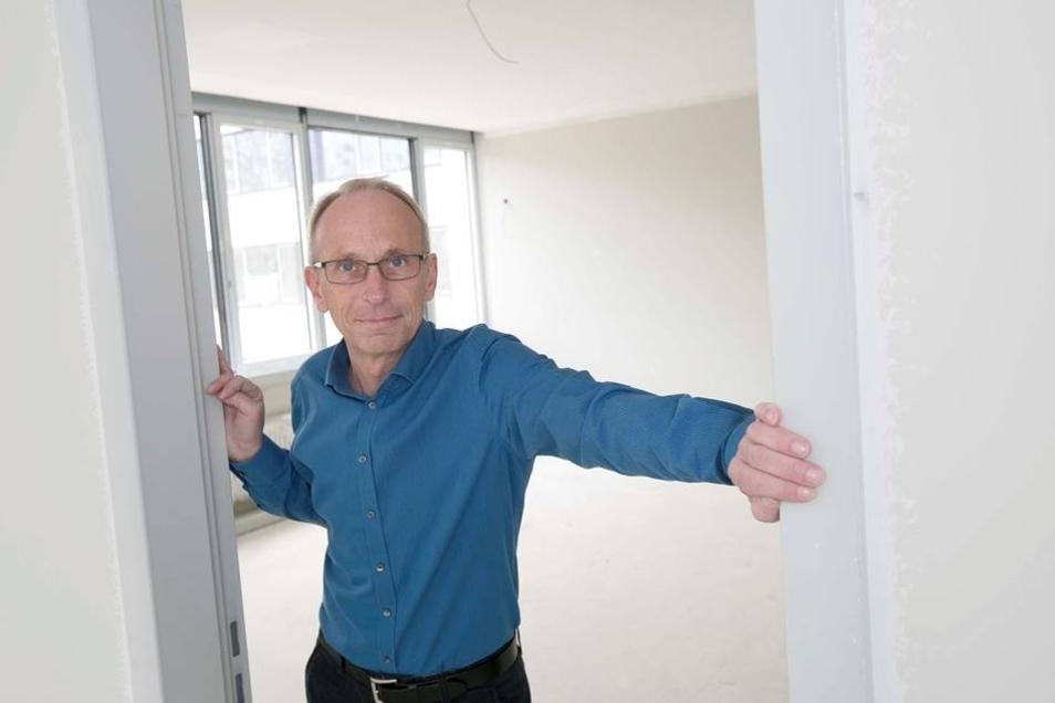 Direktor Jens Reichel wirft schon eimmal einen Blick in sein fast fertiges künftiges Zimmer. Er freut sich, wie weit der Bau am Gymnasium ist.