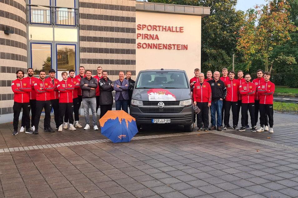 Handballer und Sponsoren mit dem neuen Mannschaftsbus: Komfortabel zu Auswärtsspielen touren.