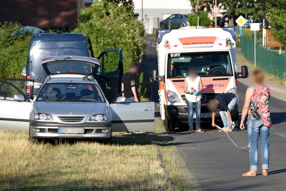 Aus diesem Auto (li.) heraus soll der 55-Jährige auf den Mann aus Eritrea geschossen und sich anschließend selbst gerichtet haben.