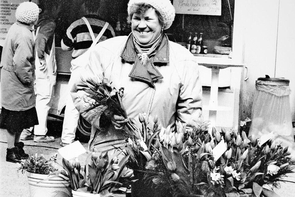 Die Blumenfrau mit Frühlingsblühern.