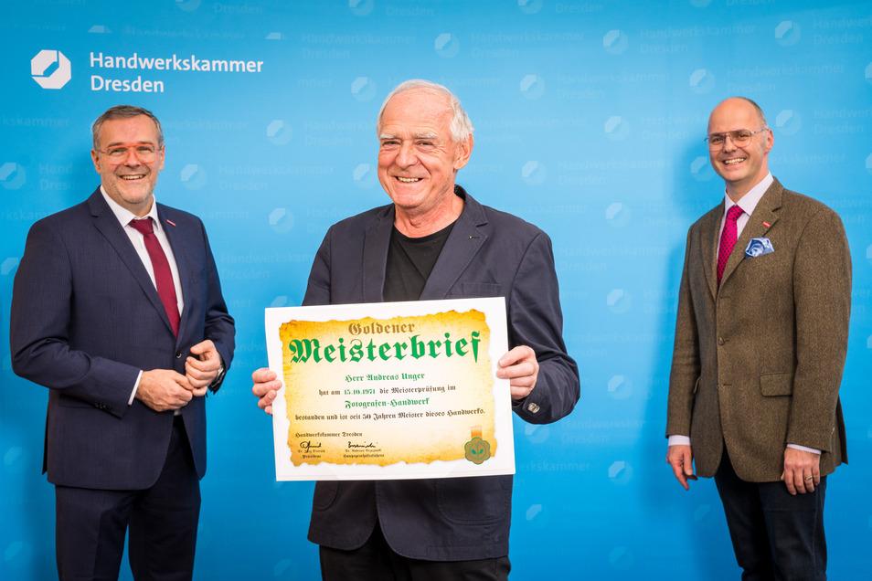 Fotograf Andreas Unger (Mitte) mit Jörg Dittrich, Präsident der Handwerkskammer Dresden (li.), und Falk Walther, Vorstandsmitglied der Handwerkskammer Dresden.