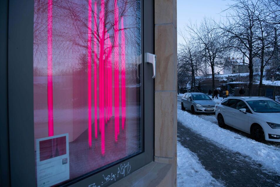 """Welche Signale endet dieses Kunstwerk in die Stadt? """"Status"""" ist in der Artbox Dresden zu sehen, am besten in der Dunkelheit."""
