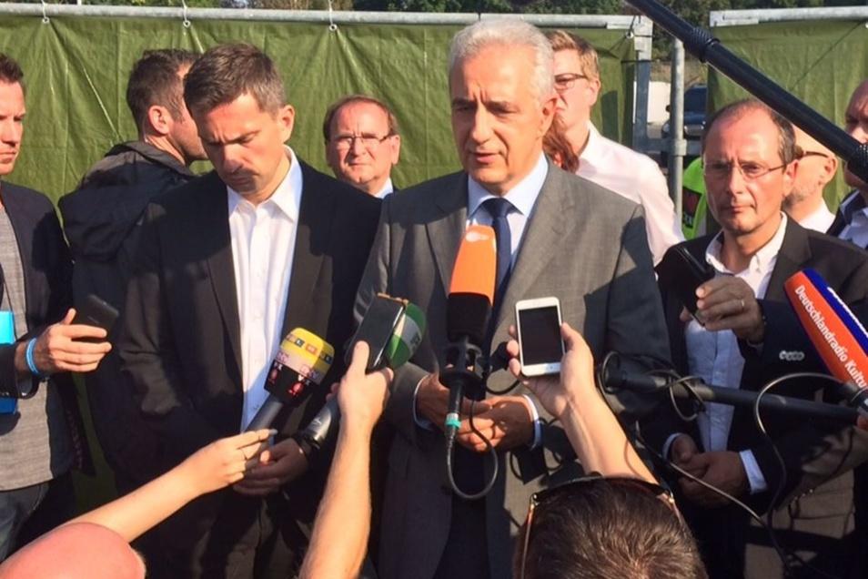 Nach ihrem Besuch der Flüchtlinge geben Sachsens Ministerpräsident Tillich (M), sein Stellvertreter Dulig (l) und Innenminister Ulbig (r) ihre Statements ab.