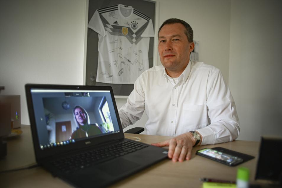Gerade in Krisenzeiten hat Lebens- und Firmenberater Michael Hillmann aus Großröhrsdorf ein offenes Ohr für seine Klienten - zurzeit allerdings nur per Video von seinem Dresdner Büro aus.