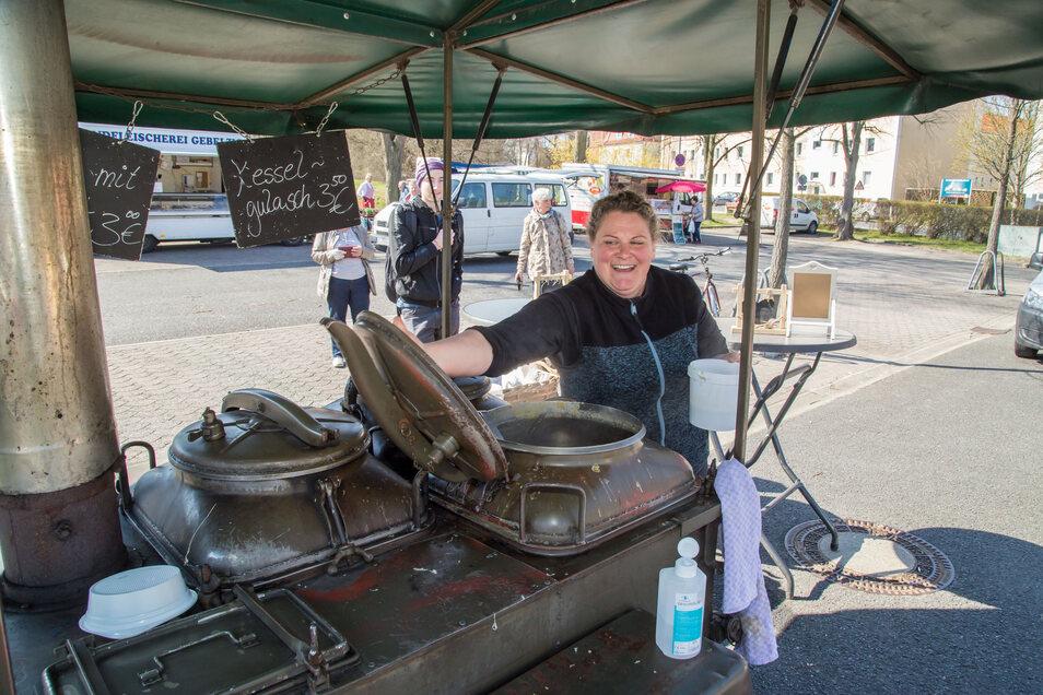 Marketenderin Katharina Menzel aus Groß Krauscha ist mit ihrer Gulaschkanone Stammgast auf dem Nieskyer Wochenmarkt. Dieser ist seit Dienstag wieder geöffnet.