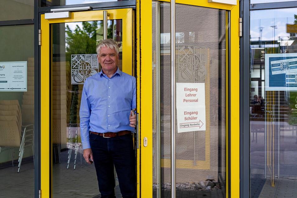 Schulleiter Volker Hegewald steht in der Tür zum Glückauf-Gymnasium in Dippoldiswalde. Er will sichern, dass sie zu den Abiturklausuren für die Prüflinge offen sind.