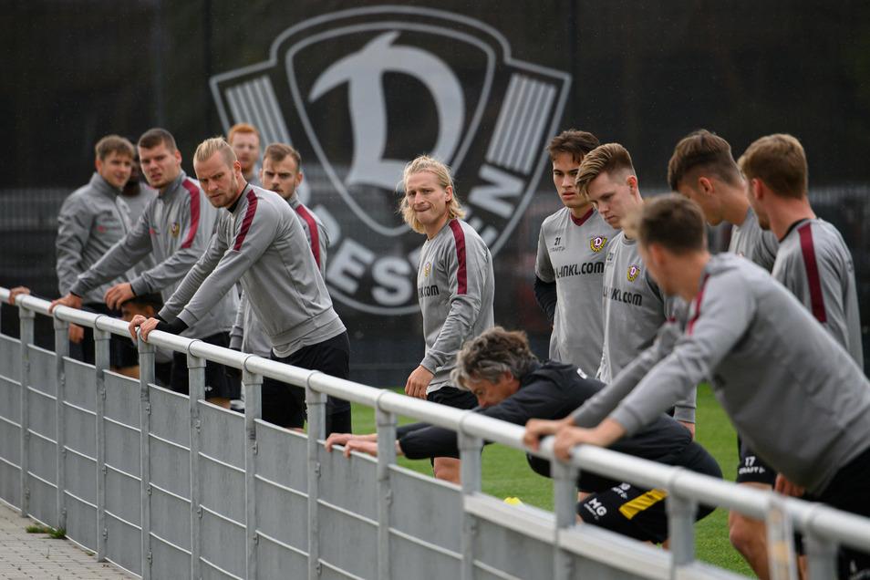 Dehnen an der Bande mit Fitnesscoach Matthias Grahé: Marvin Stefaniak (M.) steht rechts neben Kapitän Sebastian Mai. Beide haben schon in der Jugend Dynamo zusammengespielt.