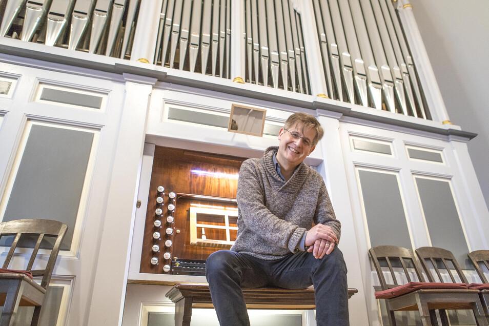 Kantor Sebastian Schwarze-Wunderlich vor der Orgel in der Klosterkirche. Regelmäßig bewerben sich Organisten, um auf dem Instrument spielen zu dürfen.