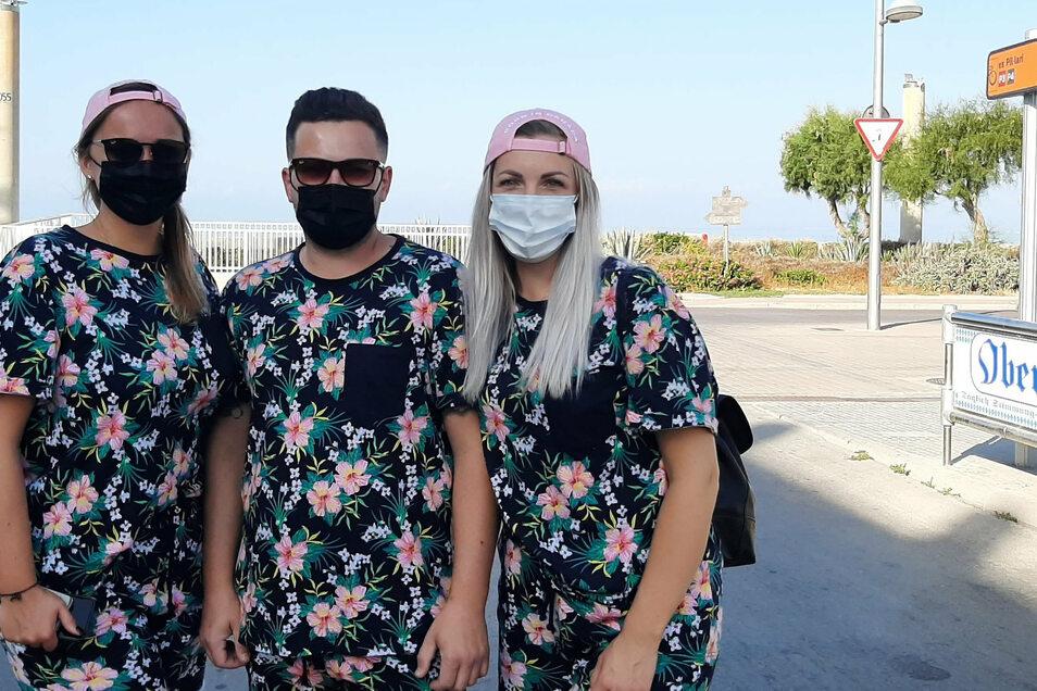 Sabine (r.), Alex und Renate aus Hildesheim stehen im Partner-Look auf Mallorca. Die drei sind Samstagmorgen auf Mallorca gelandet - Corona zum Trotz.