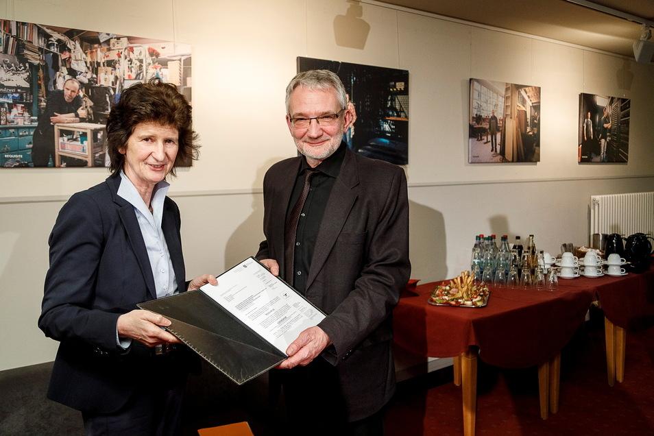 Da war die Theaterwelt noch in Ordnung: Die damalige Kunstministerin Eva-Maria Stange übergibt im Februar 2019 den Vertrag über die Kulturpakt-Gelder an Intendant Klaus Arauner.