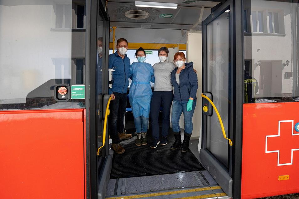 Im DRK-Impfbus am 8. April in Altenberg arbeitet das Impfteam bestehend aus Marco Möller, Juliane Pohl, Stephanie Boden und Cornelia Rotter.