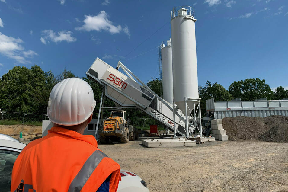 Neue Mischanlage am Pirnaer Kohlberg: Der Beton für den Tunnel wird unmittelbar neben der Baustelle hergestellt.