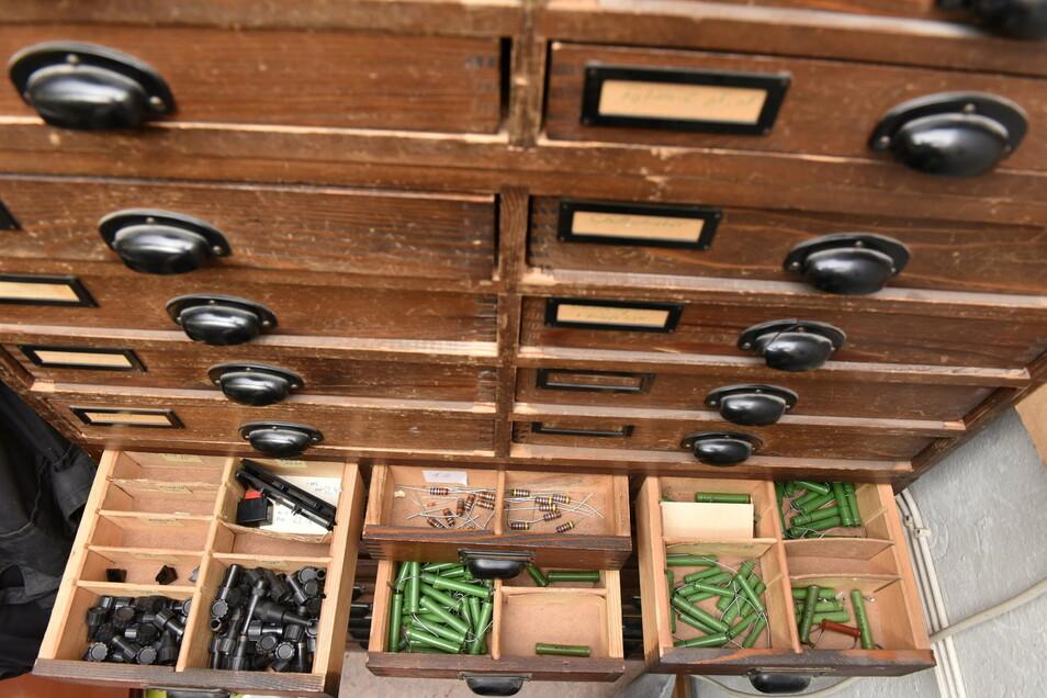 In den Werkstattschränken lagern Ersatzteile aller Art. Etwa sechzig Prozent der kaputten Gräte werden wieder zum Laufen gebracht.