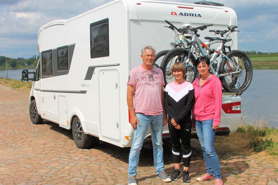 Station in Strehla: Familie Christof aus dem Raum Wilsdruff hat mit den Rädern gerade eine Tour auf dem Elberadweg von Strehla nach Mühlberg absolviert. Vater Uwe (50), Tochter Mona (13) und Mutter Michaela (46).