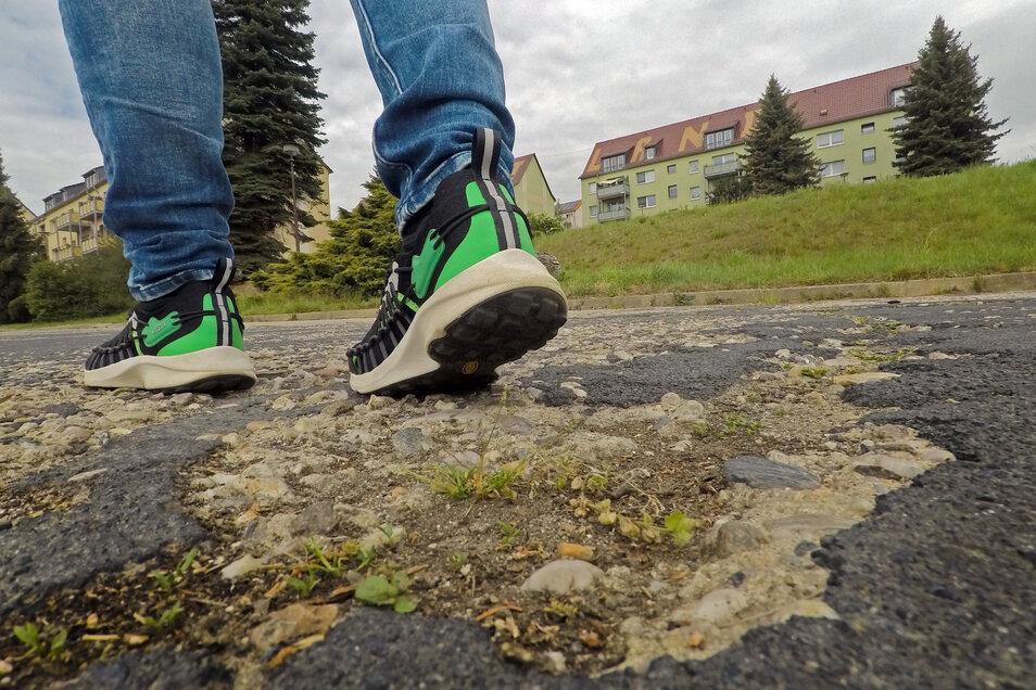 """Der Belag der Straßen im Leisniger Wohngebiet """"An der Meline"""" ähnelt einem Flickenteppich. Ab Juni soll sich das ändern."""