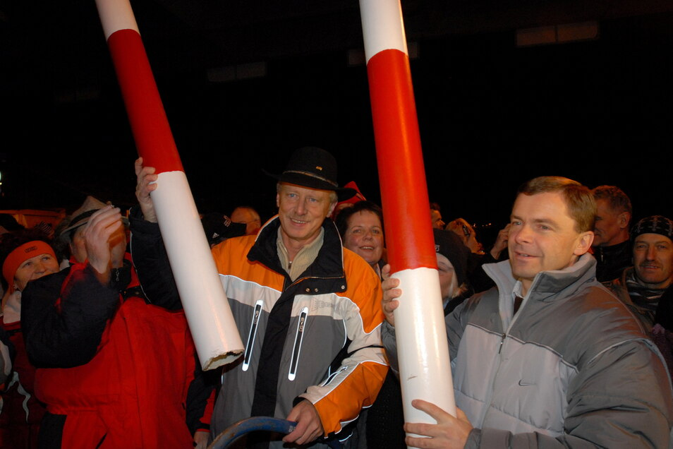Symbolisch sägen im Dezember 2007 Altenbergs Bürgermeister Thomas Kirsten und Dubís Stadtoberhaupt Petr Pipal die letzte Grenzschranke durch.