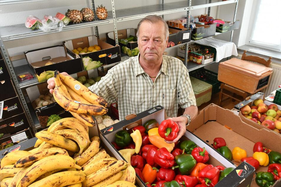 Patrick Simon nimmt die gespendeten Lebensmittel in Empfang. Viele Helfer sortieren sie täglich bis zum Mittag aus.