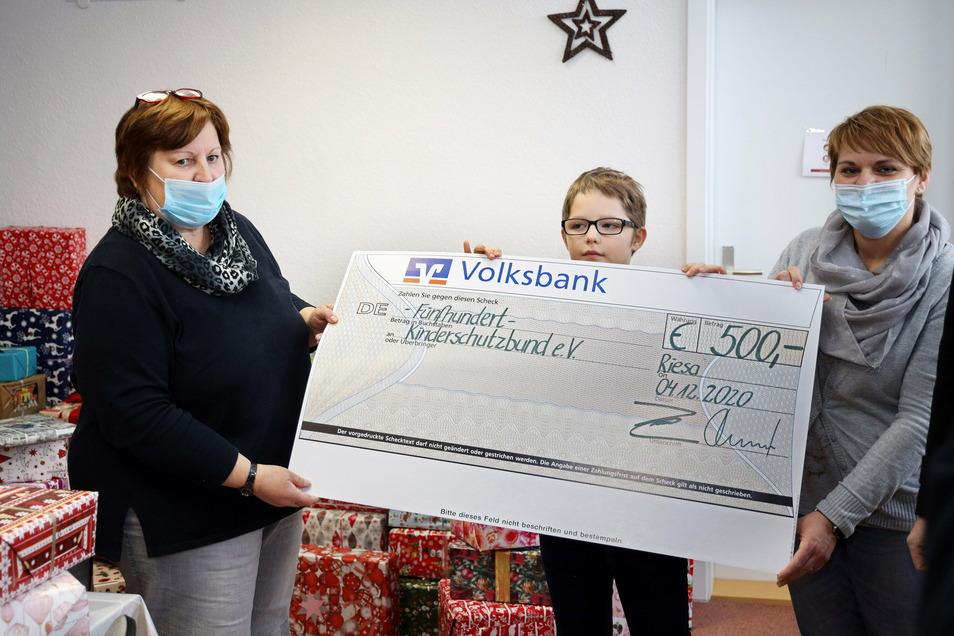 Von der Volksbank gab's noch ein Geschenk an den Kinderschutzbund. Im Bild von links: Gitta Frensel, Stenley und Familienhelferin Sandra Arlt-Riehle .