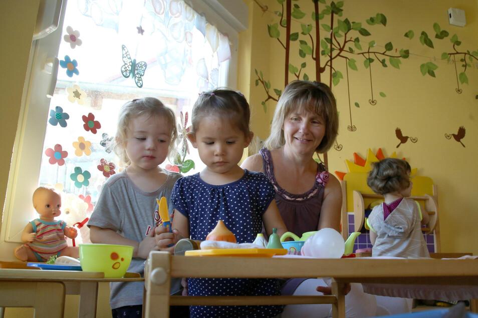nja William ist seit 15 Jahren Tagesmutter in Weigersdorf. Hier deckt sie mit Paula, Mirjam und Lotta den Tisch. Aber nur für die Puppenkinder.