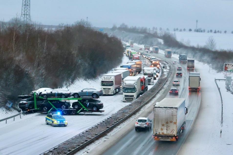 Zwischen Heidenau und Pirna blockiert ein Laster die A 17. Der Rückstau reicht bis Dresden.