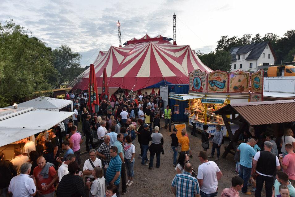 Zahlreichen Veranstaltungen und Konzerte gibt es im großen Zirkuszelt, das eigens als Festzelt aufgebaut wurde. (Fotos: Egbert Kamprath)