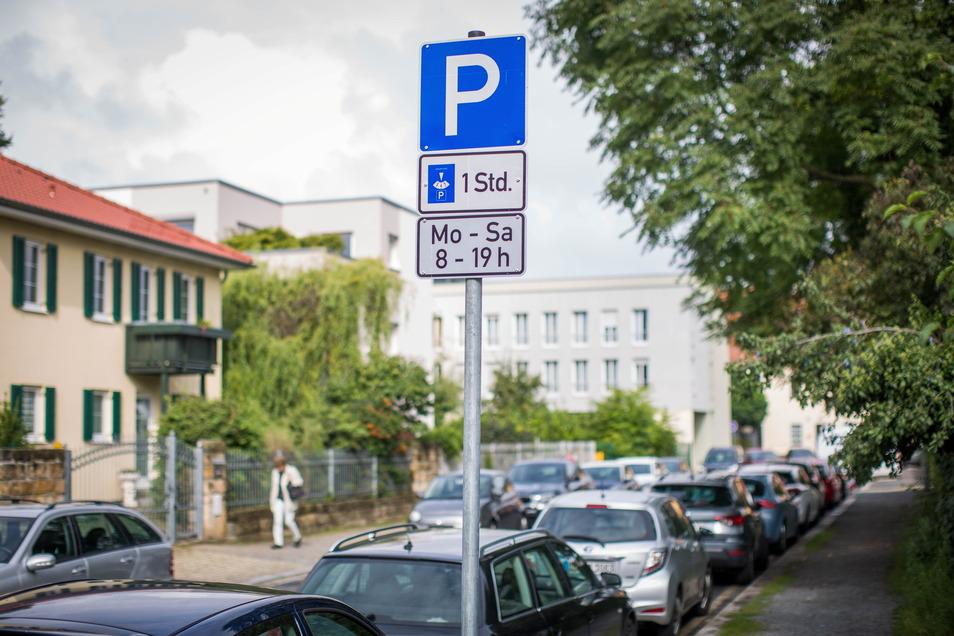 Das Parken rund um den Schillerplatz ist nach dem Wegfall der Plätze an der Elbe komplizierter geworden. Nun will die Stadt gegensteuern.