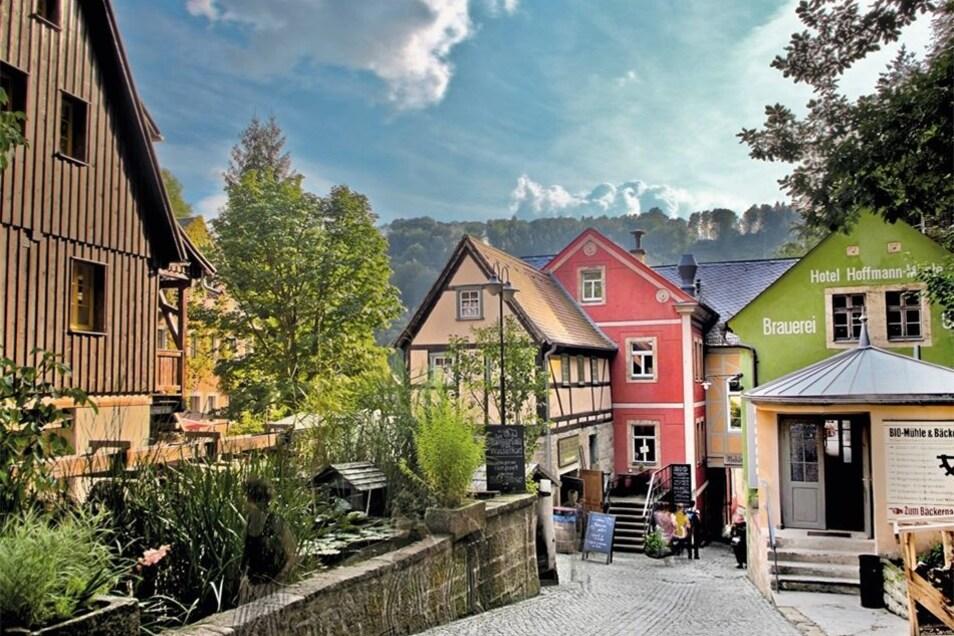 Der Mühlenkomplex (r.) und das Badehaus (l.) sind die beliebtesten Fotomotive in dem Grenzdorf: